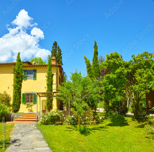 Beautiful country house with park in Tuscany. Italy. Fototapete