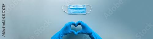 Carta da parati Coronavirus in Italia fine della pandemia, successo con simbolo del cuore fatto dalle mani di un medico