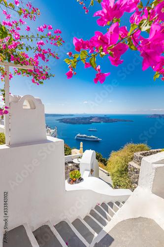 Fototapeta premium Biała architektura na wyspie Santorini, Grecja. Piękny letni krajobraz, widok na morze. Piękny taras z kwiatami, widok na morze. Wyspa Santorini, Grecja.