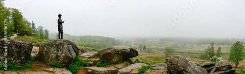 Foto Panorama from Little Round Top of Civil War battlefield with statue of General Warren, Gettysburg, Pennsylvania