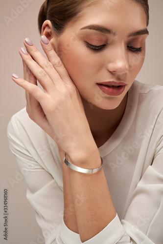 Photographie Young brunette model demonstrating bracelet.
