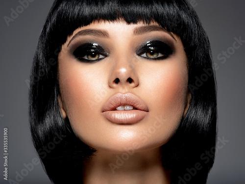 Carta da parati Beautiful fashion woman with a bob hairstyle looks to the camera