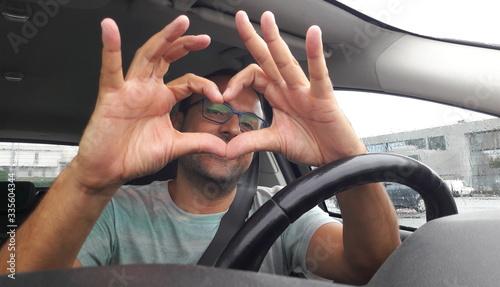 Foto Uomo alla guida dell'auto - innamorato alla follia