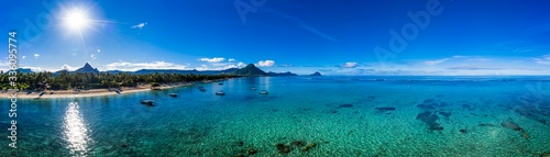 Photo The beach at Flic en Flac with luxury hotels and palm trees, behind the mountain