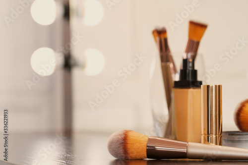 Canvastavla Decorative cosmetics and tools on dressing table in makeup room, close up