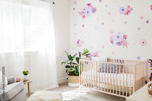 Tapete Bright floral baby girl nursery
