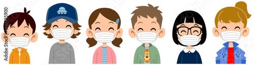 Fototapeta マスクをつけた笑顔の子どもたちの上半身