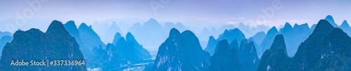 Fotografia Panoramic view of the Karst mountain landscape near Guilin, Guangxi Province, Ch