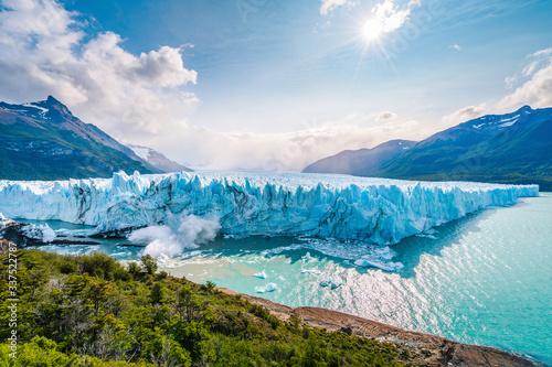 Fotografiet Ice collapsing into the water at Perito Moreno Glacier in Los Glaciares National Park near El Calafate, Patagonia Argentina, South America