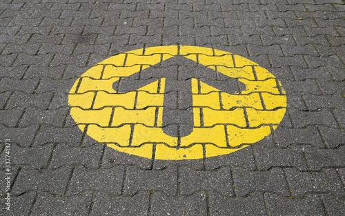 Fotografia, Obraz Simple straightforward solution concept: Yellow arrow an paving blocks showing d