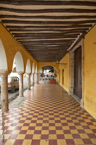 Leinwand Poster Sidewalk and old Mexican colonial archways in Valladolid, Yucatan Peninsula, Mex