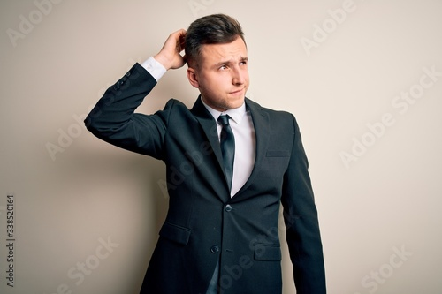 Photo Young handsome business man wearing elegant suit and tie over isolated background confuse and wondering about question