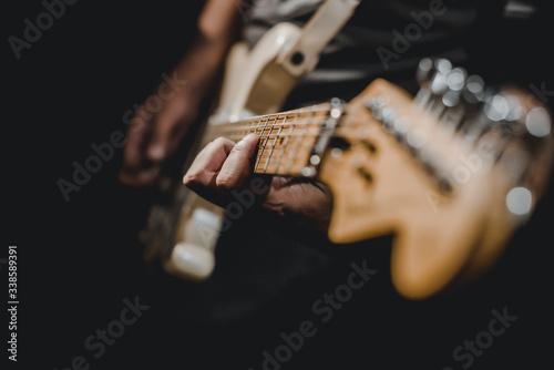 Carta da parati man playing electric guitar