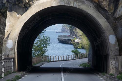 Leinwand Poster Sea Seen Through Archway