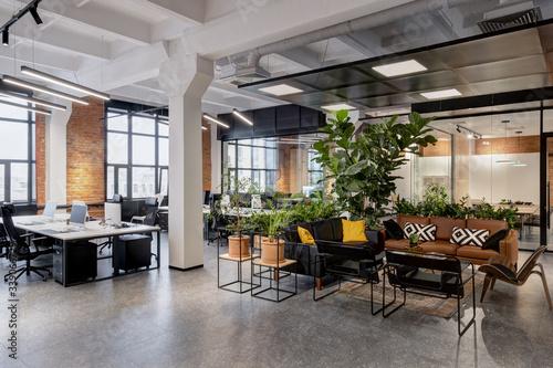 Fotografía modern loft office interior with furniture