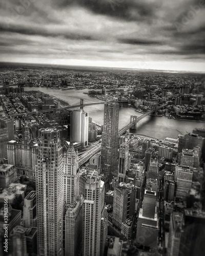 Billede på lærred Bridges Over East River In Manhattan Against Cloudy Sky