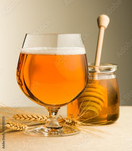 Obraz na płótnie Beer mead and honey jar
