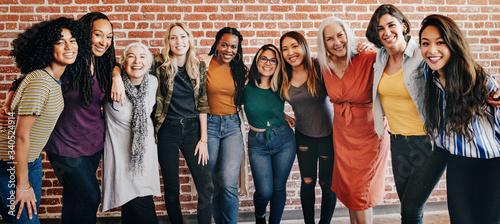 Valokuva Happy diverse women in a row