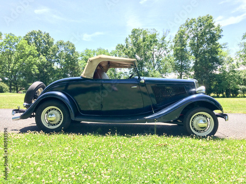 Photo 1934 Ford Roadster blue in park on green grass outdoor sky