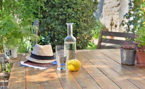 Foto close on water drink and apple on a wooden table in garden  of a country house