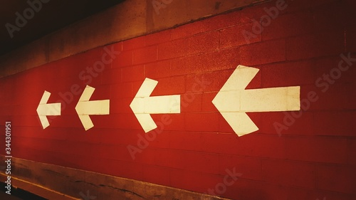 Foto Close-up Of Arrow Signs On The Wall