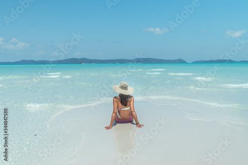 Photo Woman on paradise blue beach