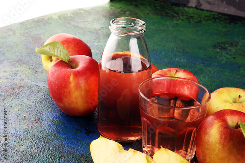 Fotografie, Tablou Apple cider drink and organic apples with leaves on table