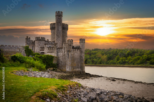 Photo Blackrock Castle and observarory in Cork at sunset, Ireland