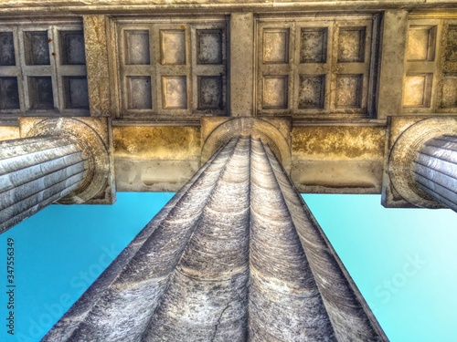 Fotomural Directly Below View Of Colonnades Against Sky