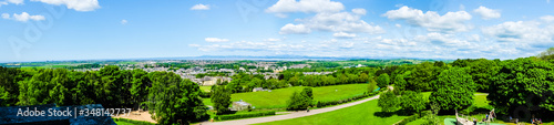 Fotografia The cityscape of Lancaster, with Morecambe Bay viewed from the Ashton Memorial in Williamson Park