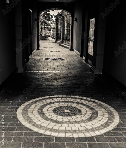Photographie Cobbled Footpath Leading Towards Archway