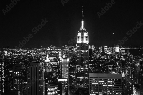 Fotografiet Illuminated Empire State Building In City Against Sky At Night