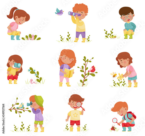 Little Kids Holding Magnifying Glass and Camera Exploring Nature Vector Illustra Fototapeta