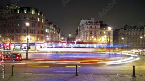 Платно Illuminated Vehicle Light Long Exposure On Charing Cross At Night