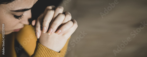 Obraz na płótnie prayer woman in dark background