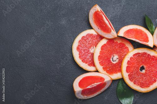Fotografia Fresh cut grapefruit on grey background