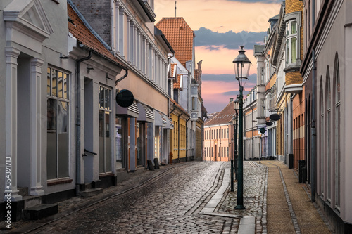Photo A beautiful colorful street at sunset in Viborg, Denmark
