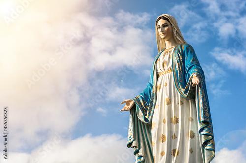 Fotografia Virgin Mary statue with nice sky background