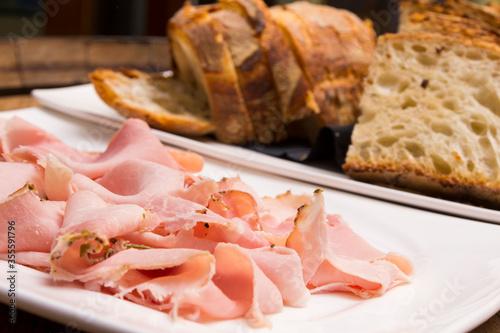 Prosciutto cotto con fette di pane Fototapeta