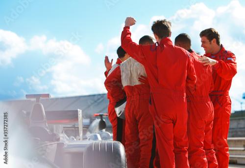 Fotografía Racer and team cheering on track