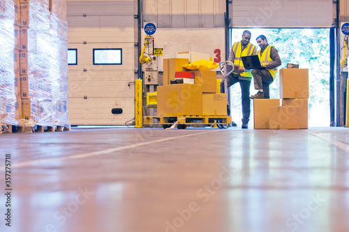 Workers checking boxes in warehouse Fototapet