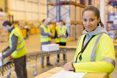 Fotomural Worker smiling in warehouse