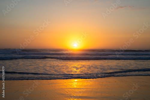 Fototapeta Sunrise in the early morning over the Pacific Ocean in Byron Bay, Australia
