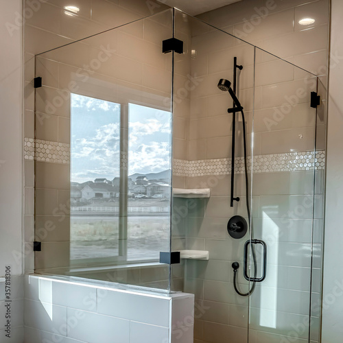 Fotografia Square crop Rectangular walk in shower stall with half glass enclosure and black