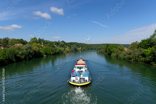 Foto Barge on Seine river near Chartrettes village in Seine et Marne country