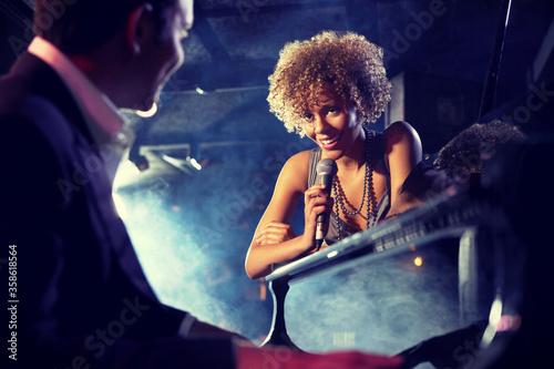 Carta da parati Jazz Singer and Pianist