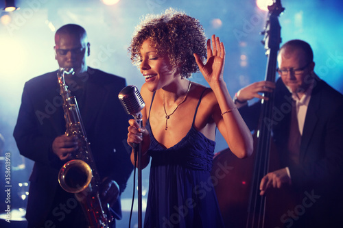 Carta da parati Jazz Band playing on Stage