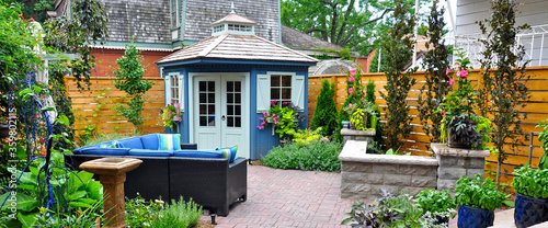 Fotografía Banner of beautiful professionally designed hardscaping in a luxury garden oasis featuring a patio, plantings, seat wall outdoor furniture and shed