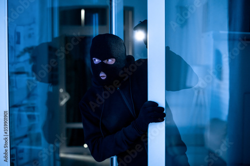 Carta da parati Intruder breaking into apartment or office to steal something