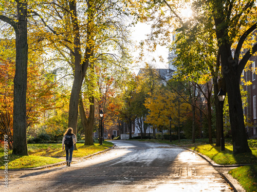 Fotografia a student walks during the day on a road of a higher education institute in Camb